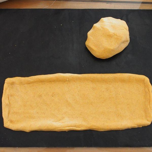 Farinez vos mains si nécessaire et façonnez votre pâte selon vos envies. Vous pouvez laisser reposer votre pâte avant de garnir, bien que cette étape soit facultative, elle n'en sera que plus moelleuse. Dans le cas de la farine de petit épeautre, très pauvre en gluten, je vous conseille de laisser gonfler la pâte une vingtaine de minutes.
