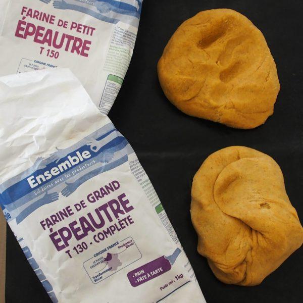 Choisissez votre farine. Si vous décidez d'utiliser la farine de petit épeautre pour sa faible teneur en gluten il vous faudra probablement légèrement ajuster les quantités d'eau. Enfin, vous pouvez remplacer la farine de lupin par la farine de votre choix. Préchauffez votre four à 200°C.