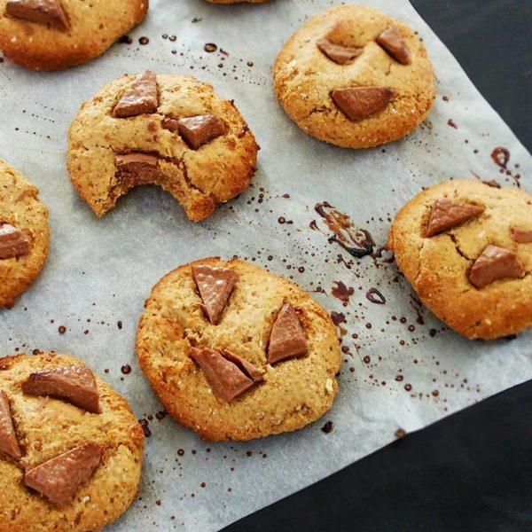 Laissez refroidir 5 minutes avant de déguster. Vos cookies seront alors légèrement croustillants au bords et super moelleux à l'intérieur.