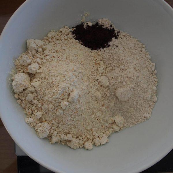 """Préchauffez votre four à 180°C. Réservez les ingrédients de la catégorie """"ingrédients secs"""" dans un bol suffisamment grand."""