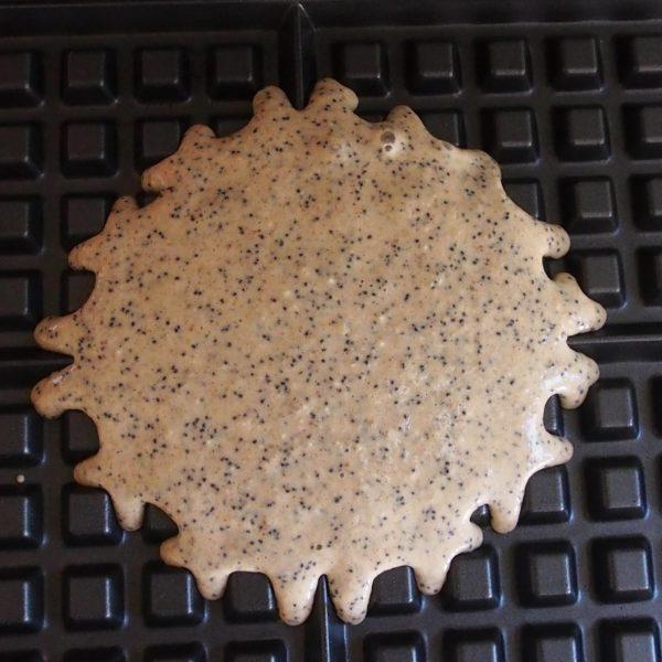Placez votre pâte de la façon habituelle dans le gaufrier préalablement huilé au pinceau. Je place généralement 5CAS de mélange au centre de mon gaufrier afin d'obtenir 5 gaufres.