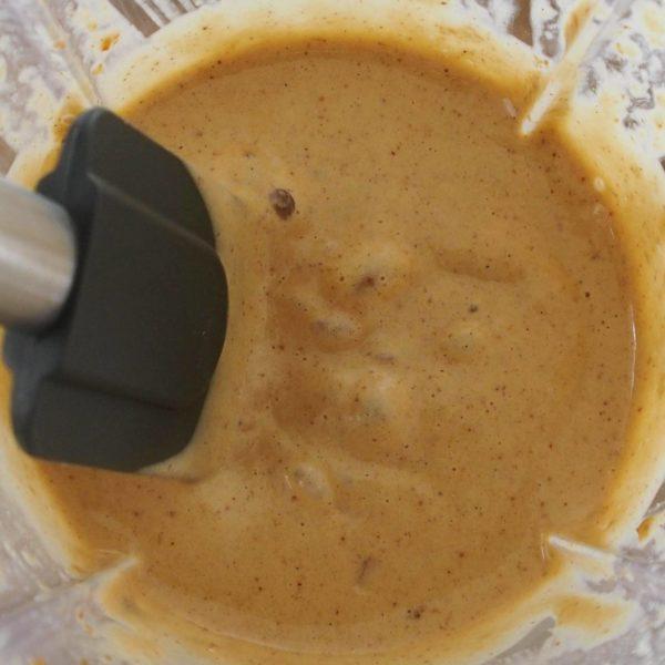 Toujours dans le même bol de mixeur, mixez vos dattes avec le beurre d'oléagineux, la banane et les oeufs jusqu'à obtenir un mélange onctueux sans aucun bout.