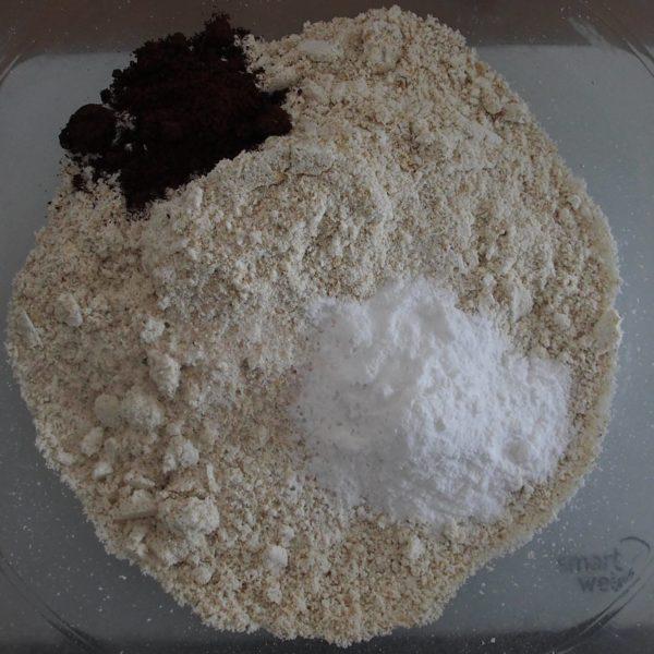 Mixez les flocons d'avoine en farine et réservez dans un bol suffisamment grand avec les épices, le sel et la levure.