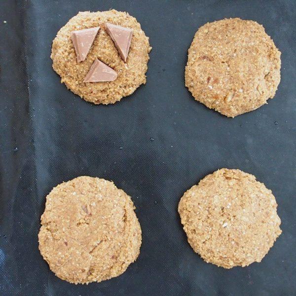 Décorez vos cookies avant de les enfourner à mi hauteur pendant 10 minutes.