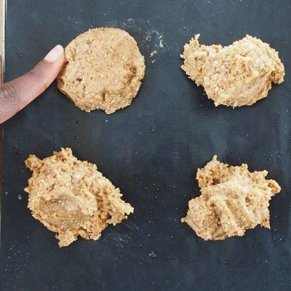 Posez 8 CAS de pâte sur votre dispositif de cuisson de façon espacée avant de les tasser avec les doigts. Vos cookies gonfleront à la cuisson alors prenez cela en compte quand vous les tasserez. J'aime bien les cookies épais et moelleux alors je pars avec une certaine épaisseur.