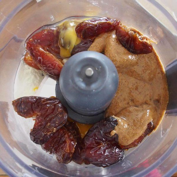 Mixez les dattes, l'œuf, la levure, le vinaigre et la purée d'oléagineux jusqu'à obtenir un mélange très onctueux. Vous pouvez prendre la purée faite avec le mélange d'oléagineux de votre choix, de préférence maison.