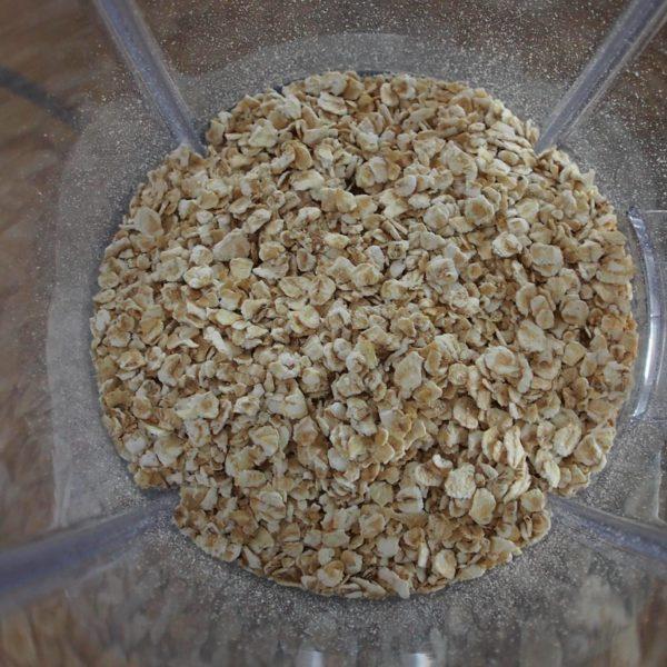 Allumez votre gaufrier afin qu'il soit bien chaud au moment de faire les gaufres. Mixez 90g de flocons d'avoine pour en faire de la farine.