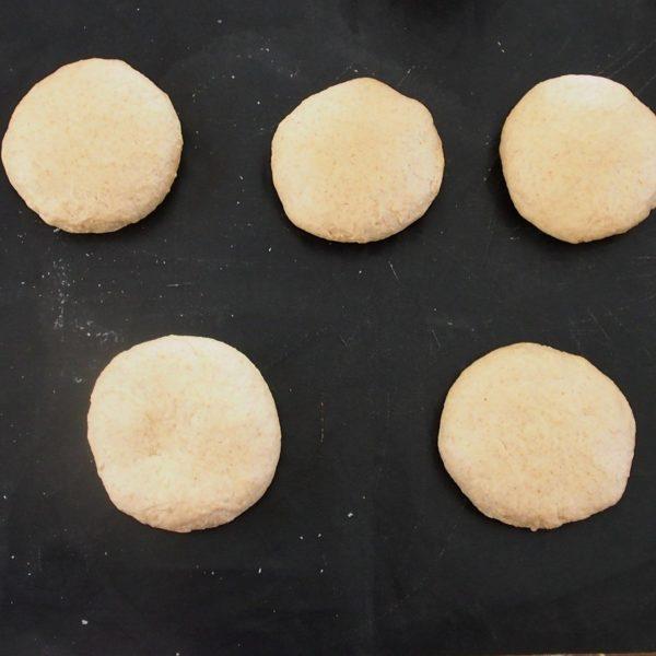 Pesez et séparez votre pâte en cinq morceaux égaux avant de les bouler. Laissez reposer encore une heure sous un chiffon propre et dans un endroit chaud et sec.