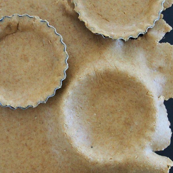 Étalez votre pâte selon votre convenance avant de la piquer avec une fourchette et de la garnir ou de la faire cuire pendant 10-15 minutes. Vous pouvez faire une grande tarte ou plusieurs tartelettes.