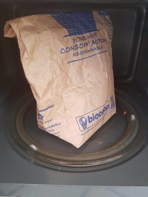 Éclatez votre maïs à la poêle ou au micro-onde. Pour la seconde option il vous suffit de placer les grains dans un sac en papier avec un peu de sel avant de le refermer soigneusement puis de lancer le micro-onde à puissance maximale. Arrêtez la cuisson lorsque la fréquence des explosions diminue. Je vous conseille de procéder en 3 fois avec vos 125g. Éloignez-vous du micro-onde pendant cette opération afin d'éviter les ondes. Quelques mètres suffisent.