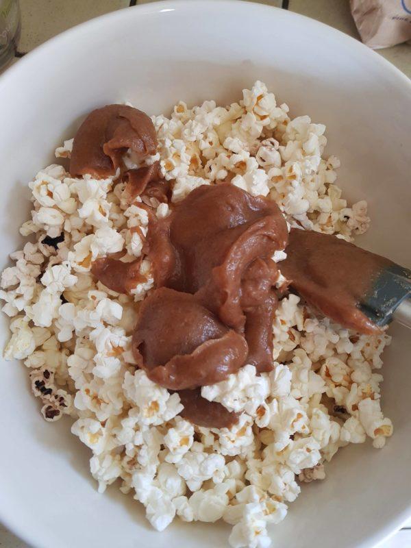 Mélangez le pop corn et le caramel en deux fois afin de facilitez l'opération. N'hésitez pas à utiliser vos mains pour bien répartir le caramel sur le pop corn. Vous pourrez ensuite vous lécher les doigts avec délice.