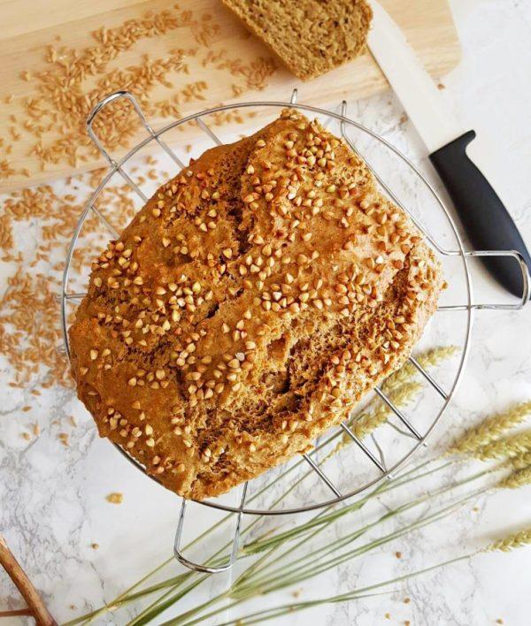 Enfournez sur une grille au milieu du four pendant 45 minutes en prenant soin de mettre un récipient d'eau sur une grille au fond en bas du four. Cela ajoute du moelleux. Une fois cuit, sortez le pain immédiatement du four, démoulez et laissez refroidir complètement sur une grille avant de le couper.