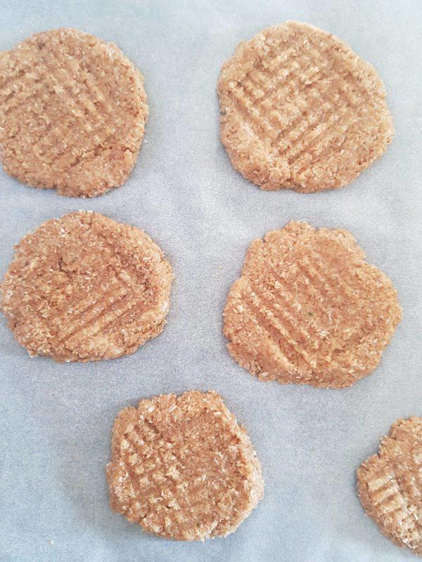 Séparez la pâte en huit boules. Aplatissez les ensuite avec une fourchette sur votre dispositif de cuisson. Enfournez entre 8 et 10 minutes suivant la puissance de votre four.