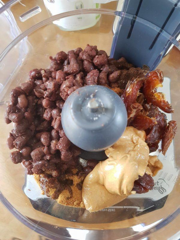 Versez tous les ingrédients dans le bol de votre robot à grande lames. Vous pouvez commencer par la purée d'oléagineux et les dattes afin de faciliter le mixage des dattes. Le mixage dure entre 5 et 10 minutes suivant la puissance de votre robot. N'oubliez pas le sel et les épices qui relèveront votre pâte subtilement.