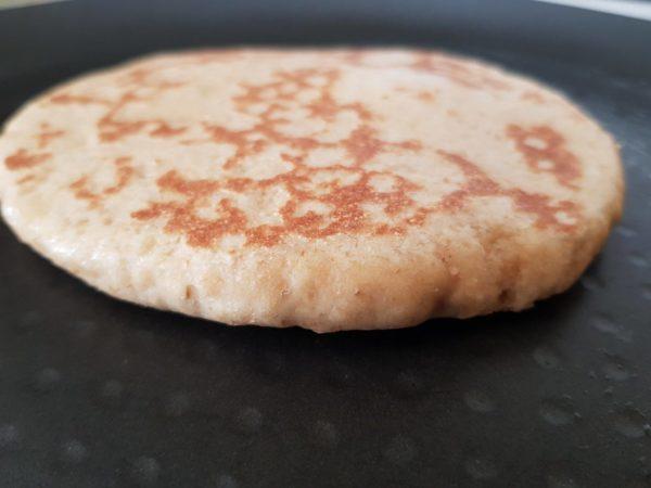 Faites cuire un pain à la fois 2 à 3 minutes de chaque côté. Placez ensuite immédiatement vos pains dans un récipient et couvrez les à nouveau. Cette étape est primordiale pour conserver du moelleux.