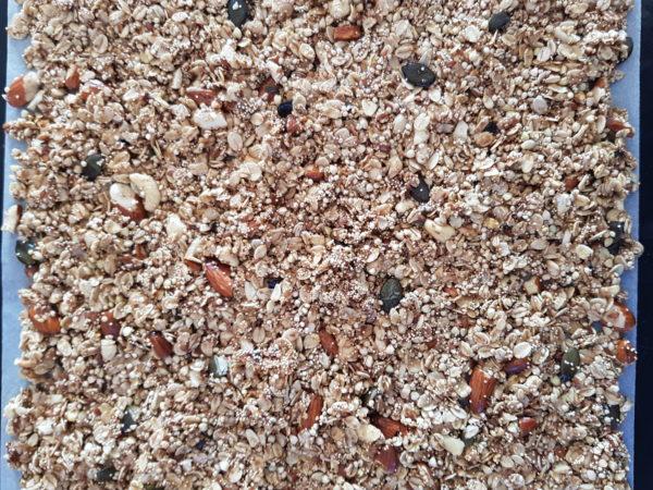Étalez votre granola sur une plaque prévue à cet effet. Enfournez pendant 20 à 25 minutes suivant votre four et le croustillant voulu. Le granola doit être doré à brun à la sortie du four.