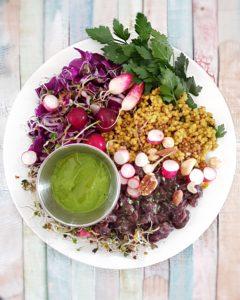 Assiette santé haricots rouges et sarrasin au curcuma avec pesto de fanes de radis