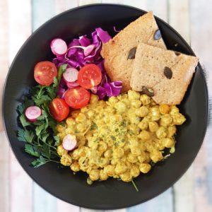 Assiette santé crakers petit épeautre et curry de pois chiche au lait de coco