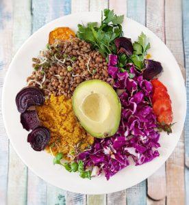 Salade lentilles et amarante avec légumes crus émincés