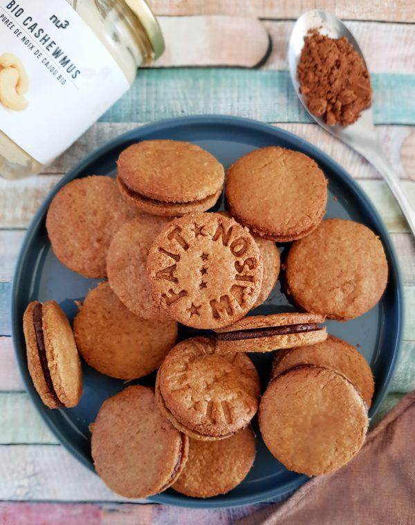 Dégustez immédiatement. Vous pouvez conservez vos biscuits plusieurs jours à température ambiante dans un contenant hermétique en verre ou en métal pour qu'ils ne ramollissent pas.