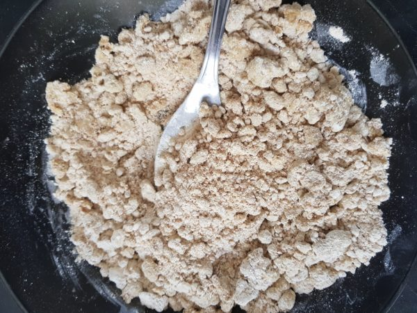 Préchauffez votre four à 180°C. Mélangez la farine et l'huile de coco jusqu'à obtenir un mélange sablé.