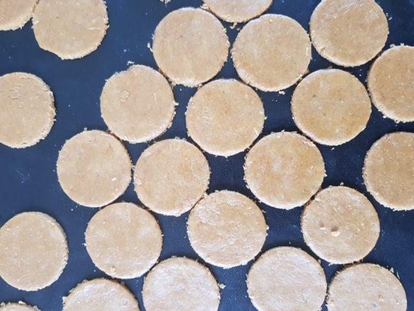Etalez la pâte au rouleau selon l'épaisseur souhaitée et faites des ronds à l'emporte pièce. Vous pouvez faire 8 à 10 grands princes ou un quinzaine de petits. Les biscuits trop épais ou trop larges risquent d'être moins croustillants. Enfournez pendant 7 à 9 minutes suivant la taille de vos sablés puis laissez refroidir hors du four. Si vous ne faites pas la pâte de cacao tout de suite, conservez vos biscuits dans un contenant hermétique en verre ou en métal pour qu'ils ne ramollissent pas.