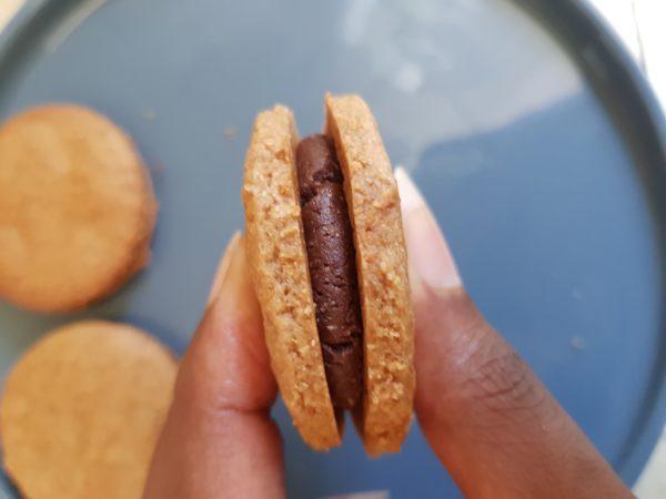 Placez la boule de pâte de cacao entre deux biscuits et faites tournez avec vos doigts afin de répartir le mélange de façon homogène.