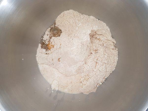 Mettre tous les ingrédients dans le bol du robot excepté le beurre de coco. Vous pouvez utiliser uniquement un type de farine (T150 ou T70) mais vous risquez de devoir ajuster les proportions légèrement. De plus, la farine T150 seule risque de vous donner un résultat très compact. Faites tourner au niveau 1 pendant 5 minutes.