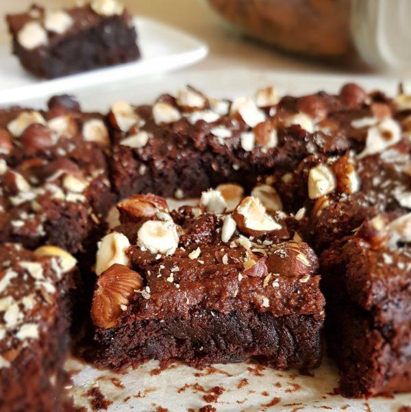 Enfournez pendant  environ18 minutes suivant la puissance de votre four et laissez refroidir avant de déguster ou de placer au frais. Le brownie se déguste plutôt après un passage au réfrigérateur. Il sera également moins friable.