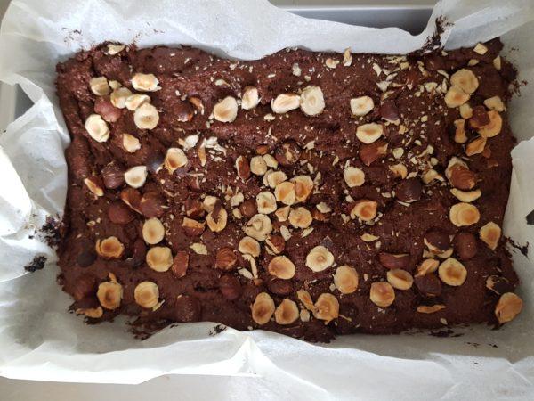 Concassez vos oléagineux et ajoutez-les sur votre brownie avec vos éventuelles pépites de chocolat. Vous pouvez également incorporer vos toppings à l'intérieur de votre pâte.