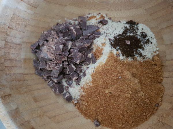 Préchauffez votre four à 200°C.  Ajoutez tous les ingrédients secs dans un bol suffisamment grand et mélangez. La farine de souchet a un goût naturellement sucré bien qu'elle ait un indice glycémique bas. Si vous êtes très peu habitué au sucré je vous invite à utiliser un peu moins de sucre de coco (40g) et/ou à couper votre farine de souchet par un peu de farine de petit épeautre complète (30g petit épeautre+ 70g souchet au total).