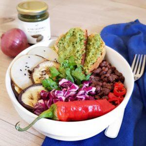 Salade de haricots rouges avec tartine de pain cocotte au pesto