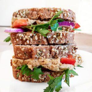 Sandwich de houmous avec pain de mie au petit épeautre minute