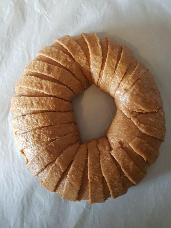 Couvrez votre couronne et laissez la gonfler pendant environ 45 minutes dans un endroit chaud. Ce n'est qu'une indication car le temps de pousse dépend de votre levure de boulanger, de la température de vos ingrédients et de la pièce etc. Assurez-vous donc que votre brioche a suffisamment gonflé pour que vous vous en rendiez compte à l'œil nu. Préchauffez votre four à 180°C.
