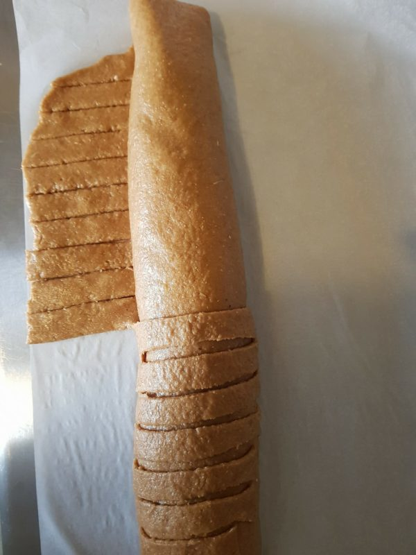 Faites rouler votre pâte de la partie supérieure à la partie inférieure. Rejoignez les deux bords et soudez les.