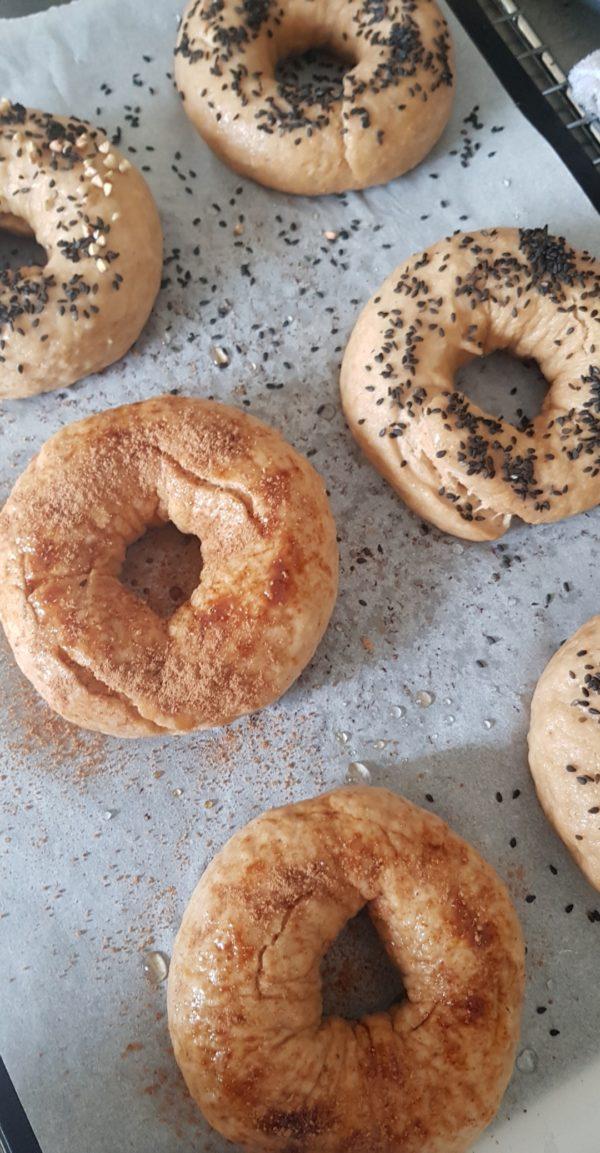 Une fois tous les bagels précuits à l'eau, ajoutez vos toppings sur le dessus avant de les enfournez pendant une quinzaine de minutes.