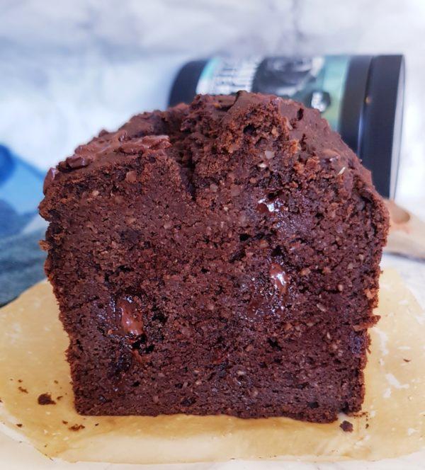Versez dans un moule à cake de 18cm x 9cm (lien dans l'article sur mes ustensiles indispensables rubrique basique de la cuisine saine du blog). Si vous n'avez que de grands moules doublez les doses ou faites 4 à 5 muffins.