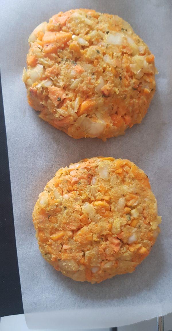 Préchauffez le four à 165°C. Mélangez tous les ingrédients en terminant par la farine. Ils sont tous importants pour le goût et la texture finale.