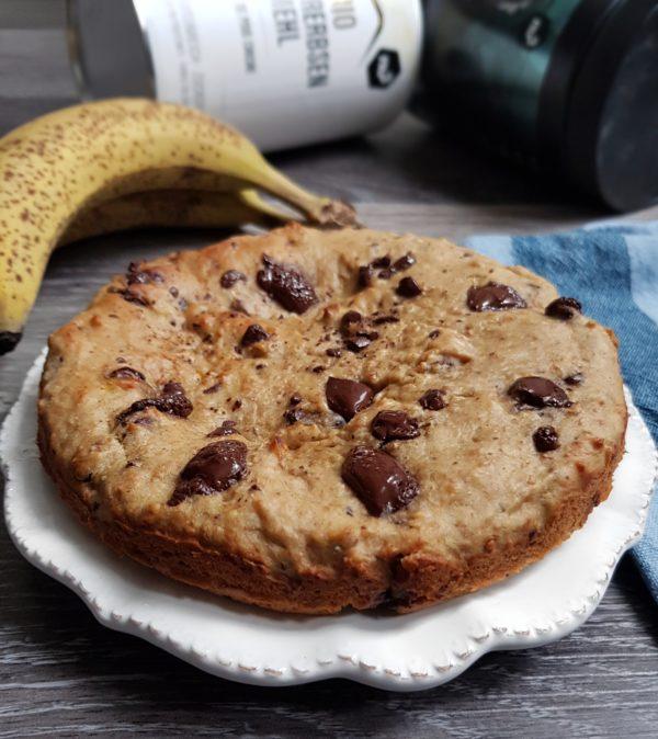 Préchauffez le four à 180°C. Écrasez la banane avec la purée de cacahuète afin d'obtenir un mélange bien onctueux et sans aucun morceaux. Vous pouvez remplacer la purée de cacahuète par de la purée d'amande nu3. Ajoutez le reste des ingrédients dans l'ordre en terminant par la levure. Vous pouvez ajouter des bouts de banane dans la pâte si vous le désirez.