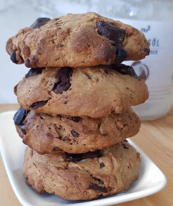 Préchauffez le four à 200°C. Mélangez tous les ingrédients excepté le lait végétal et le chocolat jusqu'à obtenir un mélange sablé. Ajoutez ensuite le chocolat puis le lait végétal. Vous pouvez tenter la recette avec de la farine de blé T65 ou T70 mais pas avec une farine sans gluten. Plein de recettes de cookies sans gluten sont disponibles sur ce blog et dans mon ebook spécial cookies rubrique boutique.