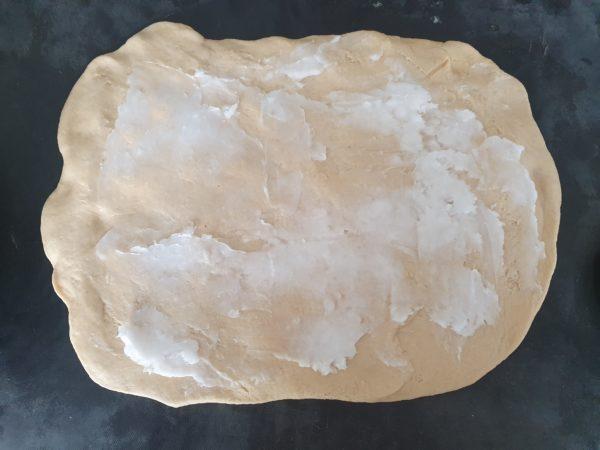 Étalez la pâte finement puis tartinez partout de votre huile de coco non liquide en couche fine.