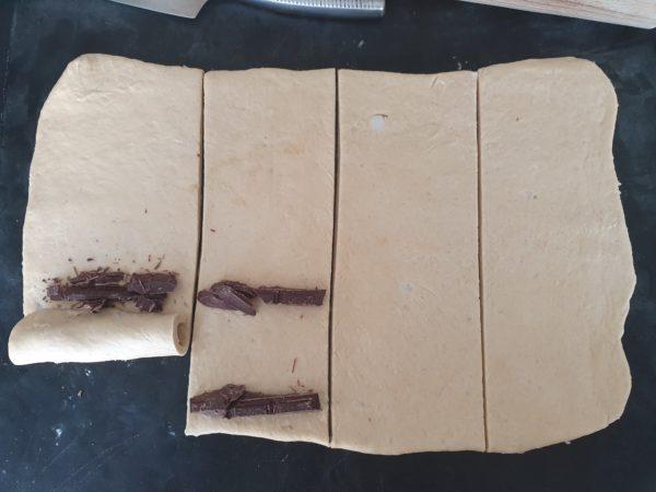 Placez deux barrettes par bandes comme sur la photo et roulez vos pains au chocolat. Laissez reposer deux heures environ.