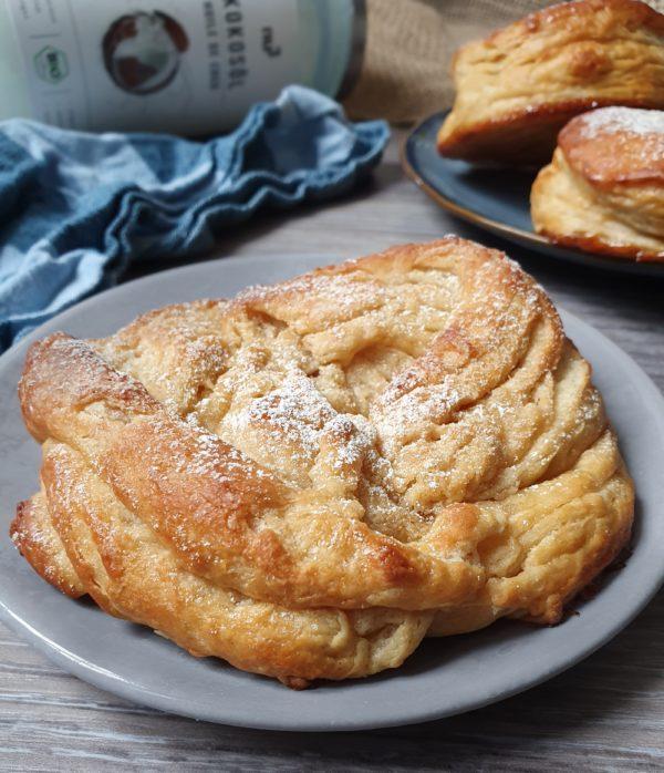 Enfin, étalez la pâte en rectangle de 5mm d'épaisseur, coupez-la en deux parties égales et superposez les l'une sur l'autre.  Découpez d'abord 6 beignets avec un emporte pièce de 6cm de diamètre, puis des donuts en faisant un trou de moins d'un centimètre de diamètre au centre de chaque beignet. Vous pouvez aussi vous faire plaisir avec la forme des cronuts.